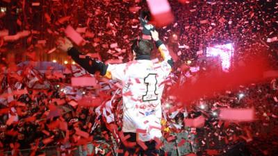 Márquez celebra el título con miles de aficionados en Cervera