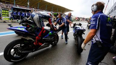 モビスター・ヤマハのロッシとロレンソは対照的な表情でレースを反省