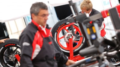 Bridgestone's Aoki mit dem Debriefing zur Dutch TT