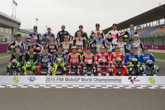Los pilotos de MotoGP™ 2015 posan en parrilla