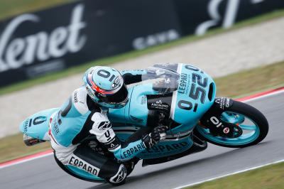 Kent smashes lap record to finish day on top in Moto3™