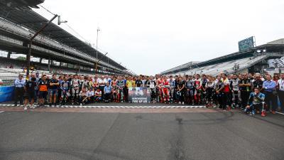 El paddock de MotoGP™ rinde homenaje a Martínez y Rivas