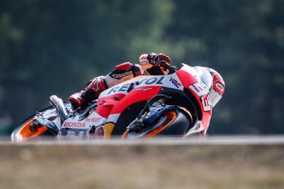 Marquez cade ancora ma guida le FP2