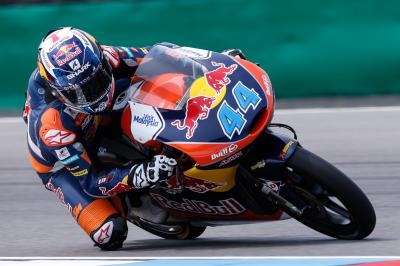 Oliveira marca ritmo no warm up matinal da Moto3™
