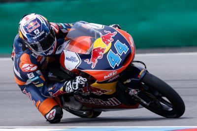 Oliveira detta il passo nel warm up della Moto3™