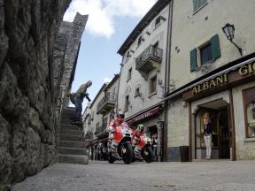 ドゥカティが世界遺産のサンマリノ歴史地区を疾走