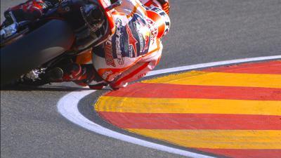 Márquez roza el asfalto con su codo.