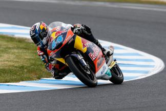 Oliveira ends tricky Friday on top in Moto3™