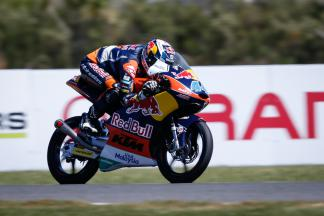 Oliveira victory in Moto3™ keeps title hopes alive