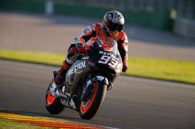 Une chute et le meilleur temps pour Márquez
