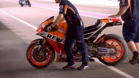 Marc Marquez cade all' inizio del secondo giorno di test in Qatar. Nulla di grave per il talento di Cervera.