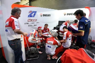 Tech briefing at the end of first day of test @Losail_Circuit for factory tester @Official_CS27 #forzaducati https://t.co/oRw2RmxdXJ