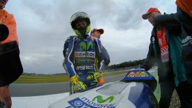Il pilota Yamaha cade durante la gara del riavvio in Olanda.
