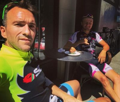 Small stop with @jackmilleraus to put fuel on the legs in the hard climbing of #andorra !!! #sun #andorralavella #ordino #starbucks #coffee #lamassana