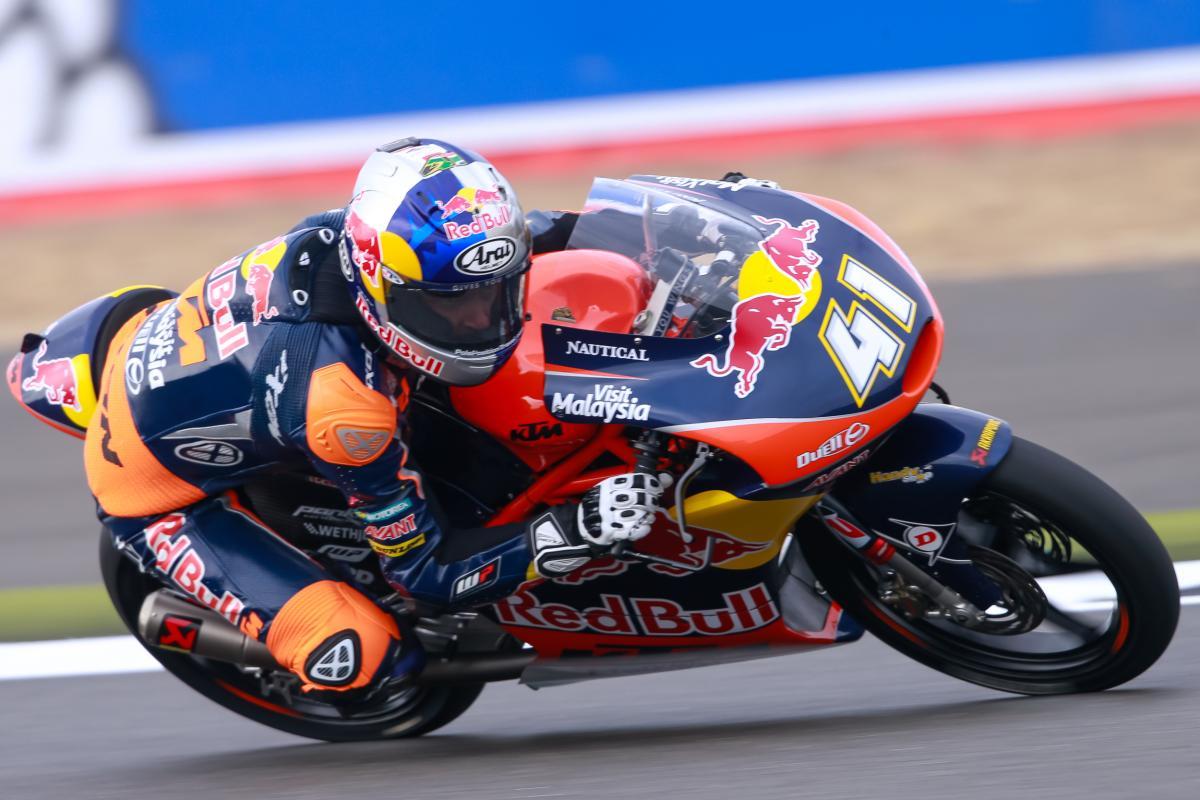 A battle in Britain as Binder breaks clear | MotoGP™