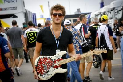 Nutini spendet Gitarre an Marco Simoncelli Stiftung