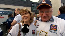 I genitori di Brad Binder e suo fratello Darryn festeggiano con il team manager Aki Ajo la vittoria iridata del pilota Red Bull KTM.