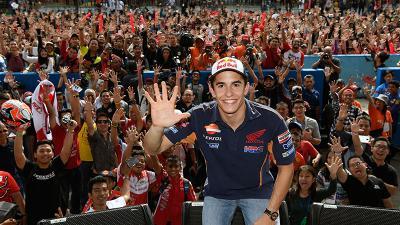 Miles de aficionados reciben a Márquez en Indonesia