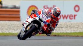 Il forlivese firma il primo tempo in qualifica all'International Circuit. Rossi secondo e meglio di Lorenzo. Marquez in seconda fila.