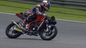 La gara malese della Moto3™ si apre con una serie di incidenti che dimezzano il numero dei piloti in corsa.