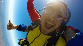 Alcuni piloti del MotoGP™ protagonisti di un lancio con il paracadute nei cieli del Sud America.