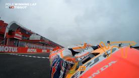 ポールポジションを獲得したマルケス車のRC213Vに搭載したオンボードカメラとテレメトリーと共に公式予選2の走行を再現。