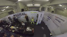 Erlebe durch unsere 360° Kamera ungehinderten Zutritt zu einer MotoGP™ Team Box