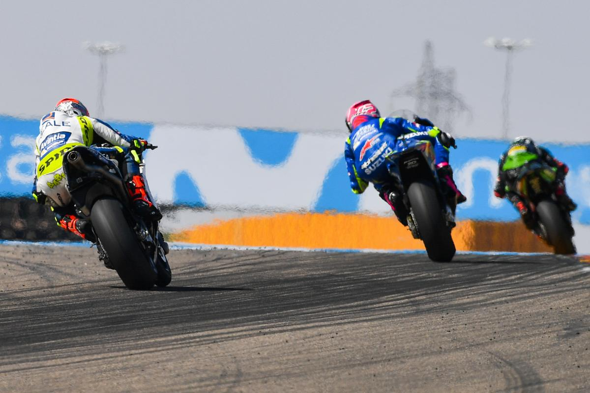 Rins and Barbera split by 0.074 seconds over the line   MotoGP™