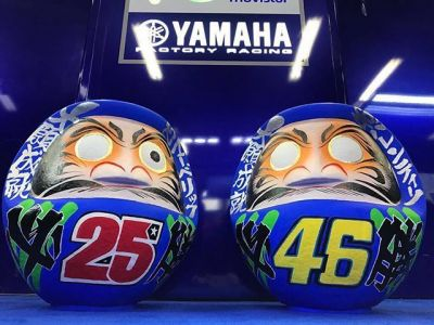 """Good luck!"" // @yamahamotogp's @maverickvinales25 @valeyellow46 given Daruma from the"
