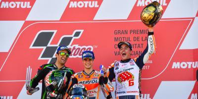 Dos vueltas de locura y una salvada dan el título a Márquez
