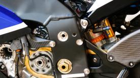 オーリンズのマイケル・ワットがタイヤと車体をつなぎ、路面からの衝撃や振動を吸収するサスペンションの機能とカーボン製を投入した理由を説明。