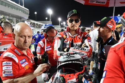 Lorenzo contraint de se jeter de sa moto au #QatarGP