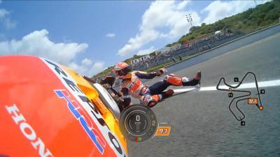 ¡Márquez se cae cuando rodaba en vuelta rápida!