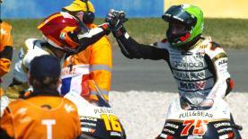 レジェンドの功績を称えチーム名を変更したアスパル・チームが最終コーナーのクラッシュとペナルティで09年11月の最終戦バレンシアGP以来となる感動的な優勝と2位を獲得。