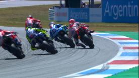 Somehow... somehow... Marquez continues racing after a big moment when the Suzuki rider passed him