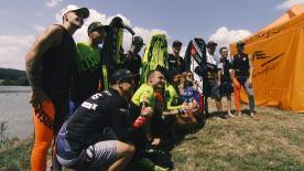 パドックを代表した7名がサーキット近郊の湖で、波が無くても楽しめるエンジン付きのサーフボード、ジェットサーフを体験。