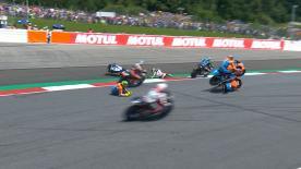 Baldassarri berührt Fernandez und Corsi, wobei auch Lecuona stürzt. Alle auf dem Boden, aber alle in Ordnung!