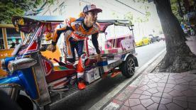 Ein anderes Transportmittel für eine Tour durch Thailands Hauptstadt. Atiratphuvapat führt den Weltmeister herum.