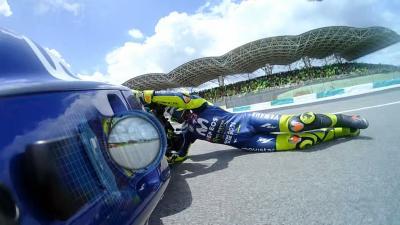 GRATIS: Rossi stürzt in Führung liegend!