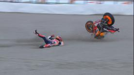 The World Champion crashed at T4 of the Circuit Ricardo Tormo, leaving the circuit holding that shoulder he dislocated celebrating in Japan