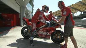 アンドレア・ドビツィオーソとダニロ・ペトルッチが深紅のカラーリングに塗装されたデスモセディチGP19のテストプログラムをスタート。