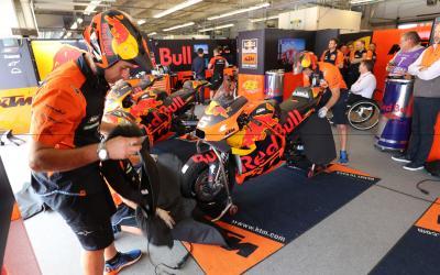 Pol Espargaró y Zarco se vuelcan con KTM en Le Mans