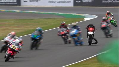 Big highside for Ogura, Moto3™ grid lucky to escape