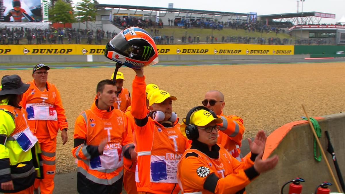 Rins gifts his helmet to the family of the Le Mans marshal