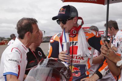 """""""Lorenzo intenta conseguir una mejor posición en la moto"""""""