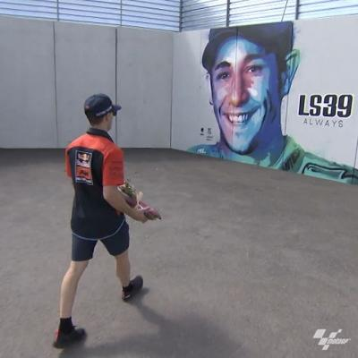 What a lovely tribute // @polespargaro brings flowers to Luis