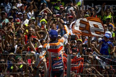 Un triunfo y una caída múltiple blindan al líder Márquez