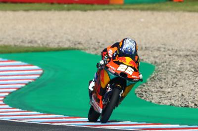 Fernandez half a second clear following hectic Moto3™ FP3