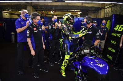 Rossi saluta il box Yamaha e la sua squadra storica